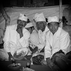 (scinta1) Tags: portrait bali man fruit religious women shrine village mask traditional pray praying decoration performance ceremony celebration temples oldwoman kampung hindu performers priests traditionaldress offerings topeng asli kintamani 2015 desa kedisan permangku pawintenan