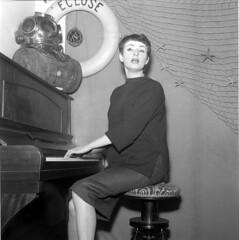 Barbara (1930-1997), auteur-compositeur et chanteuse franaise au Bar de l'Ecluse. Paris, vers 1958. (Deezer.com) Tags: portrait femme piano instrument filet chanter bouee parisparisiledefrancefrance scaphandre auteurcompositeur chanteusefrancaise