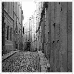 Un homme flânant dans une ruelle de Bordeaux. (mibric) Tags: street blackandwhite man bordeaux cobbles rue passerby homme passant pavé