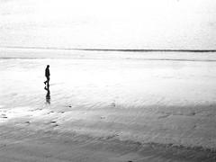 Paseo (Carlos Olmedillas. http://olmedillas.jimdo.com/) Tags: white black blanco beach backlight contraluz walking alone walk negro playa paseo soledad silueta