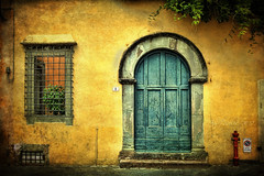 Un rincón de Lucca (osolev) Tags: door italy house window photoshop ventana reja casa puerta europa europe italia lucca ps tuscany porta porte toscana fachada italie textured cs4 colorphotoaward osolev magicunicornverybest magicunicornmasterpiece