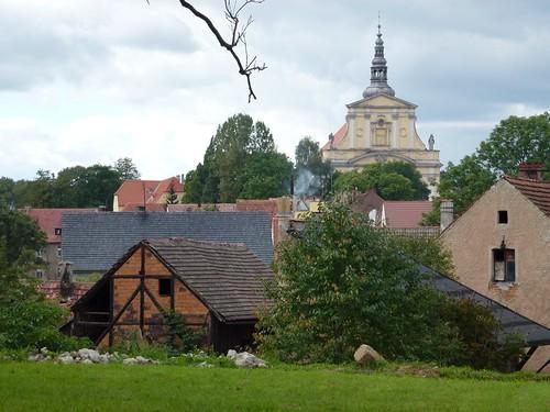 Fasada kościoła klasztornego z ulicy Jeleniogórskiej w Lubomierzu