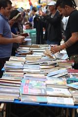 Um sebo nmade que incentiva a cultura (Lente Quente) Tags: book rua livro sebo leitura pontagrossa