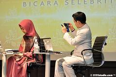 Candid (2121studio) Tags: muslimah jawa anggun kelantan tudung cantik solehah kotabaharu gadis kerudung islamicattire busanamuslimah muslimahfashion okisetianadewi kelantantradecentre melukispelangi bicaraselebriti mencaripelangi bukucahayadiatascahaya fesyenwanitaislam