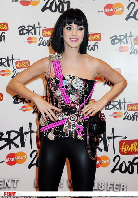 KATY PERRY in leather pants 01
