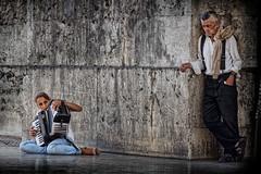 La chica del acordeón (La ventana de Alvaro) Tags: lisboa pobreza miradas mendicidad acordeón afiiae