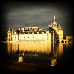 Chteau de Chantilly, France (berardici) Tags: france castle mr reflet 100 50 chteau chantilly iphone oise cadrenoir hipstamatic blankonoirfilm libatique73lens jollyrainbo2xflash libatique73blankonoir