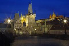 Ombre sul ponte / Shadows on the bridge (Charles Bridge, Prague, Czech Republic) (AndreaPucci) Tags: castle night prague cathedral charlesbridge vltava canoneos60 andreapucci