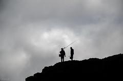 pescadores (inma F) Tags: contraluz mar agua gente silueta excursion pescador arcos excursin jover comtf