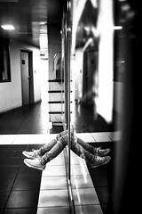 Les jambes (Jrme Menuet / Jrmenuet) Tags: noir parking reflet miroir et blanc jambe graslin
