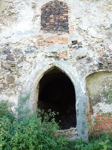 Portal w wieży gotyckiego kościoła w Olesznie Podgórskiej
