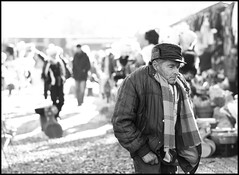 HO PAURA DEL FINALE (Pa!) Tags: street people blackandwhite bw man cold persona strada market bn persone uomo pa romania mercato freddo bnw biancoenero bran gobba paolozapparoli