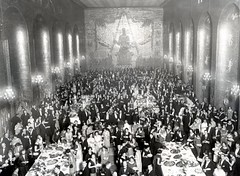 Gyllene salen - Stockholm City Hall (*Kicki*) Tags: 1920s party people bw food film vintage sweden stockholm cityhall crowd monotone oldschool scanning fest stadshuset kungsholmen monocrome buff stockholmcityhall gyllenesalen mlardrottningen 20talet alalog 1920talet