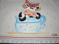 Vaquinha na xícara (Pintura em tecido. Panos de prato.) Tags: vacas galinhas vaquinhas pinturacountry panosdeprato espantalhos panodeprato