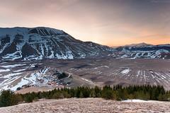 Alba a Castelluccio/Dawn in Castelluccio (Corsaro078) Tags: mountain snow sunrise landscape dawn alba neve montagna paesaggio castellucciodinorcia piangrande