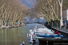 Little waterway (Lalykse) Tags: bridge mountain lake tree annecy water montagne boat spring dock eau lac pont bateau arbre quai printemps littlevenice 70300 nikond3200 littleveniceofalps