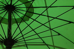 Ombre et rayons verts (Pi-F) Tags: texture soleil vert ombre parasol rayon protection toile toile baleine