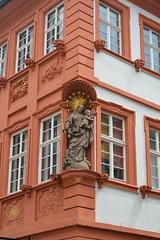 Heidelberg: Detail einer Altbaufassade in der Altstadt (mercatormovens) Tags: maria heiligenstatue heidelberg altbau fassadendetail heiligenfigur christus