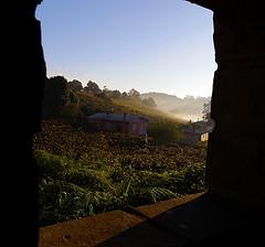 Janela para o Vale... (Miriam Cardoso de Souza) Tags: rural photo casa vale janela fotografia neblina riograndedosul montanhas moldura fotometria brasi ruralidades floresdacunhars