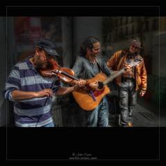 Observando (Julio_Castro) Tags: madrid nikon nikond70s urbana hdr rastro callejera musicoscallejeros juliocastro