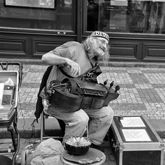 Hurdy gurdy  ...it sounds like Prague ( Ogawasan) Tags: czech prague explorer praha praga explore streetperformance streetmusician hurdygurdy   artistaderua    prago artistadistrada artistederue tekerlant vielleroue   strasenknstler ogawasan lirakorbowa ninra  stratspektaklo  vjelo