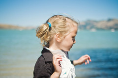 daydream, play. lyttelton, corsair bay. (Le Fabuleux Destin d'Amlie) Tags: ocean newzealand christchurch summer portrait girl weather bay pretty peace dof child play post pentax harbour walk five sunny canterbury shore southpacific bankspeninsula aotearoa daydream lyttelton forme lytteltonharbour 31mm cassbay corsairbay stwell stsell