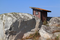 Hut Hidden Behind Rocks (trollmane) Tags: sea summer cliff island stockholm hut shack archipelago greystone hav sommar mossa skrgrd klippa  grsten huvudskr skjul grberg huvudskar landsskr alandsskar