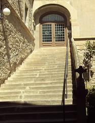 Hospital de Trrega (andaluza catalana) Tags: espaa sol lluvia puerta madera agua cruz cielo nubes rbol catalunya aire lleida piedra cristaleras trrega lrida puertademadera santeloi escaleradeemergencia rgell hospitaldetrrega puentebiejo1842018 escalerasdelpasado