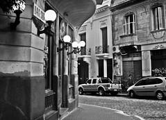 Certain door, certain corner / Cierta puerta, cierta esquina (Claudio.Ar) Tags: street city people bw argentina corner topf50 buenosaires candid sony esquina barrio dsc santelmo h9 absoluteblackandwhite claudiomufarrege daarklands jorgelborges