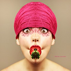 Symmetry (Las fotos de Alazne) Tags: pink portrait woman selfportrait color colour art luz girl beautiful beauty face fruit self canon fun eos photo eyes strawberry funny foto arte retrato pastel cara rosa symmetry fruta ojos freak labios autorretrato boca mirada friki fresa lava simetra llodio