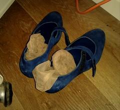 A casa (Aellevì) Tags: blue socks shoes tired athome velo piedi scarpe calze intimo autoreggenti gambaletti