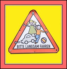 Freundliches Verkehrsschild (menzelhd) Tags: deutschland thringen digiart trafficsign verkehr rahmen verkehrsschild freundlich tambachdietharz