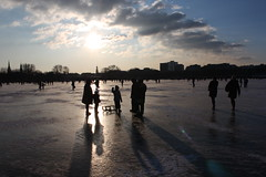 Alstereisverngen fr die ganze Familie (Alex-Skywalker) Tags: city sunset shadow people sun lake ice nature portraits river germany deutschland soleil frozen chair frost pattern shadows sonnenuntergang sundown hamburg natur north stadt cube cubes alster sonne schatten muster elbe stuhl icecube astra nord elb 2011 hamburch nordeutschland ausenalster alstereisvergngen