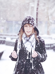 (Luis Hernandez - D2k6.es) Tags: portrait snow colors girl canon 50mm chica dof bokeh retrato nieve 14 colores desenfoque frio nevando enfoque chaqueda