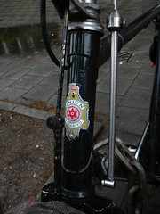Union balhoofdplaatje (head badge, écusson sur potence), Amsterdam, Emmalaan, 06-2011 (Jacques Mounnezergues) Tags: street people urban black classic amsterdam bicycle vintage noir candid traditional union streetphotography streetlife streetscene oldtimer spotted rue zwart gents homme fiets ancien emmalaan streetshot straat plaatje marque vintagebicycle headbadge stadsarchief instantané traditionnel gespot scènesderue straatfotografie croisé potence straatleven straatfoto classicbicycle écusson straatscene herenfiets balhoofd oudefiets balhoofdplaatje photodanslarue vélohomme oudeherenfiets gentleman'sbicycle vintagegentleman'sbicycle classicgentleman'sbicycle vélohommeancien têtedefourche prisdanslarue stratenvanamsterdam inthestreetsofamsterdam roadstervélo