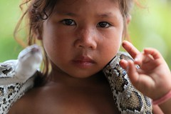 Cambodge: drle de collier. (claude gourlay) Tags: portrait portraits asia cambodge cambodia kambodscha child asie enfant indochine cambodja camboya kampuchea cambogia asiedusudest