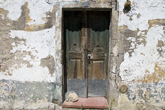 Fachada de Reguengos de Monsaraz (John LaMotte) Tags: fachada puerta porta portugal door deterioro decayed dintel infinitexposure ilustrarportugal