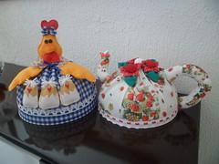 Mame Galinha e Chaleira (Vilania Maria) Tags: flores azul galinha artesanato amarelo feltro pintinho chaleira cpbrebolo