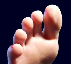 (Tellerite) Tags: feet toes barefeet beautifulfeet prettytoes sexytoes sweetfeet prettyfeet sexyfeet girlsfeet femalefeet femaletoes candidfeet beautifultoes baretoes girlstoes girlsbarefeet youngfemalefeet candidtoes gilrsbarefoot youngfemaletoes