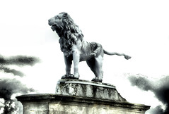 Syon House London - The Percy Lion - Before Restoration (Simon & His Camera) Tags: light sky london statue clouds dark lion middlesex brentford isleworth syon syonpark syonhouse syonhousepark simonandhiscamera