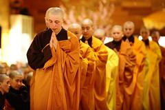 Vollordination der Nonnen (Pagoda Phat Hue) Tags: happy see frankreich buddha monk nun vietnam master zen meditation lachen sonne bume sonnenaufgang herz ordination plumvillage regeln lcheln glocke thichnhathanh bambus mnche ffnen meister glck nghiem ceremonie gesichter phap nonnen precept walkingmeditation gelassenheit gelbte thichthienson gehmeditation
