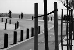 (Raymond Wealthy) Tags: street sea people blackandwhite bw españa blancoynegro silhouette person mar blackwhite spain agua europe gente noiretblanc streetphotography silhouettes bn espana vida acqua espagne gens streetshot blanconegro nikond80 blancoenegro blancoenero
