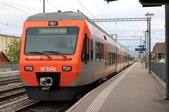 S52 mit BLS NINA RABe 525 35 mit Werbung fr`s Musical Alperose am Bahnhof in Kerzers im Kanton Freiburg in der Schweiz (chrchr_75) Tags: train de tren schweiz switzerland suisse swiss eisenbahn railway zug april locomotive bern christoph svizzera bls bahn treno chemin centralstation fer 2012 locomotora tog 1204 juna lokomotive lok ferrovia simplon spoorweg suissa locomotiva lokomotiv ferroviaria  locomotief chrigu ltschberg  rautatie  zoug trainen ltschbergbahn  chrchr hurni chrchr75 chriguhurni april2012 albumblsltschbergbahn albumbahnenderschweiz201216 chriguhurnibluemailch albumzzz201204april
