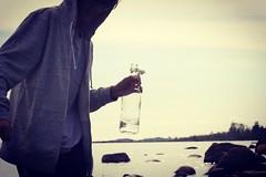 En kvll vid havet, sonen och en flaska med vatten  (magdalenasandberg) Tags: glas fotosondag fotosndag fs160529