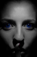 Chssssssssss (Mara Ferreiro) Tags: portrait blanco face azul eyes retrato negro cara ojos