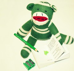 Keep Smiling (lizbeth ) Tags: color verde green monkey book heart stripes corao cuore corazn cur chango pencilsharpener sacapuntas dandee keepsmiling sockmonkeydoll happytoytuesday llmaloinspiracin afilallapis
