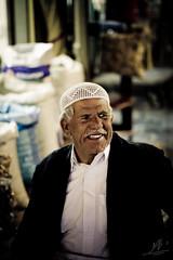 -::ابتسامة::- (…ǁǁ҈ǁ|ANA-'3EER|ǁ҈ǁǁ…) Tags: old man smile smiling working worker souq في doha qatar قطر الدوحة سوق الدوحه واقف waqif عجوز عامل كبير waqef السن يبتسم يعمل
