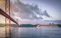 Zarpando al amanecer (Eduardo Regueiro) Tags: crucero lisboa portugal puente puente25deabril reflejos tranvia trasatlantico sunrise bridge lusitania pocruises