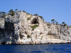 Cassis est ses calanques (Doonia31) Tags: cassis calanques mer mditerrane bleu eau falaise roche grotte cavit caverne pierre ciel