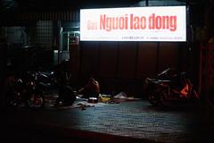 Nguoi lao dong (1-2-3 cheese) Tags: street light candid streetphotography streetshot travelphoto chuplen nikond700 baonguoilaodong
